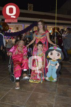 Familia Gonzalez con la piñata de personaje de Aladino.