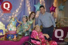 Familiares y seres queridos en la fiesta de cumpleaños de la pequeña Lucero.