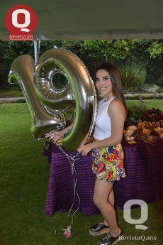 Feliz de festejar con sus amigos, Andrea López Anaya