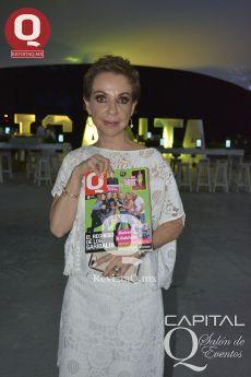 Marta Sahagún mostrando la Revista Q
