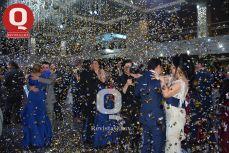 Los graduados bailaron con sus padres en su fiesta de graduación
