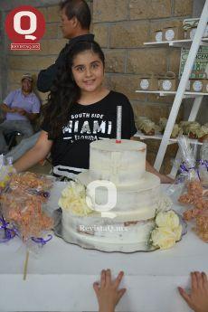 Fernanda Navarro junto a su pastel