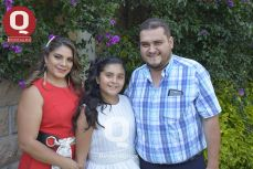 La festejada, Fernanda Navarro, junto a sus padres, Fátima Prado y Fernando Navarro