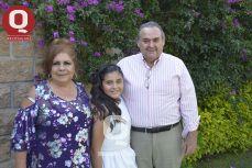 Rosalba Álvarez de Navarro y el Lic. Sergio Navarro con Fernanda Navarro