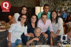 La señora Lourdes Gonazález con sus nietos y el festejado, Gerardo Zúñiga
