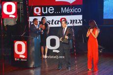 El comentarista deportivo, Raúl Orvañanos recibió su premio a manos de la actriz Nora Salinas