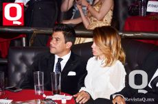 El conductor de televisión Mauricio Barcelata junto a sus esposa, María José Suárez