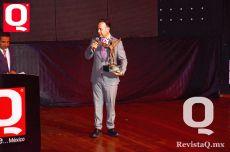 Nicandro Díaz dando unas palabras luego de recibir su premio
