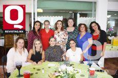 A  Amigas acompañando a la cumpleañera, Mimí Gutiérrez