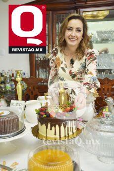 Mimí Gutiérrez, feliz y contenta frente a su pastel de cumpleaños