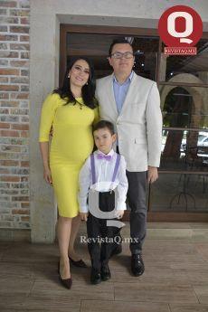 La festejada, Estefanía Rocha co su esposo, Alberto Padilla y su hijo mayor, Alberto Padilla Jr.