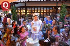 Llena de alegría Velentina Espinosa junto a sus invitadas