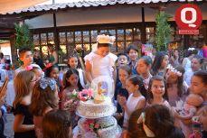 Valentina Espinosa partió el pastel rodeada de sus amigas