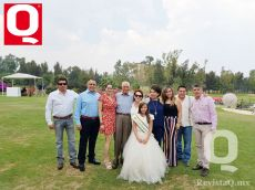 Bárbara Hernández, la nueva Reinita Infantil del Club Campestre, con su  familia