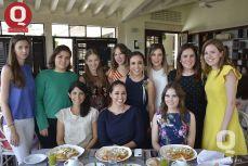 Un grupo de amigas acompañando a Sara María Ríos