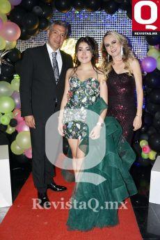 A  Jesús Manrique, Aranza Espinoza y Lorena Ascencio, la quinceañera con sus padrinos