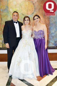 La quinceañera Regina García, Gonzalo García y Claudia Ruiz