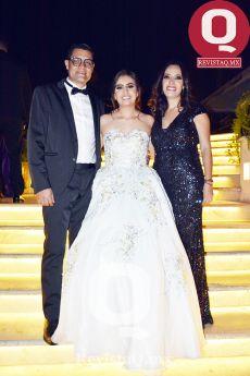 María Regina junto a sus padrinos Mauricio Ruiz y Primavera de la Mora