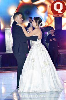 Gonzálo García bailando el vals con su hija Regina García