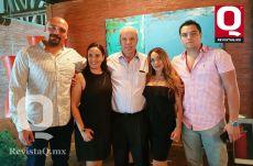 Paco Mendiola con sus hijas Paola Mensiola y Mary Paz Mendiola y nietos Arturo Váldez y Luis Francisco Váldez