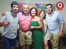 José Luis Castro, Magón Durán Pons, José Luis Castro, Luisa Castro y Armando Larrazabal festejando la navidad