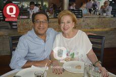 Miguel Salim con su suegra, Gemile de Abugaber