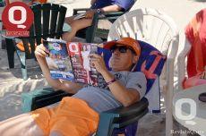 Eduardo Aranda leyendo la Revista Q