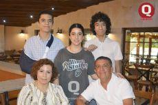 Omar Godinez, Samantha Godínez, Moisés Godínez, Betty Rodríguez y Salvador Godínez